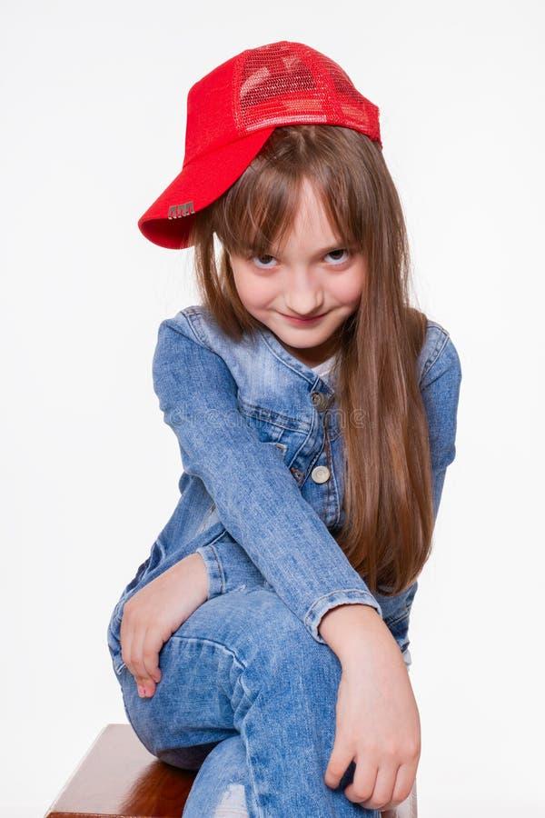 Een glimlachend meisje dat recht van haar voorhoofd naar voren kijkt stock foto's