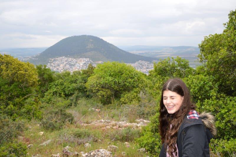 Een glimlachend meisje met Onderstel Tabor als achtergrond royalty-vrije stock foto