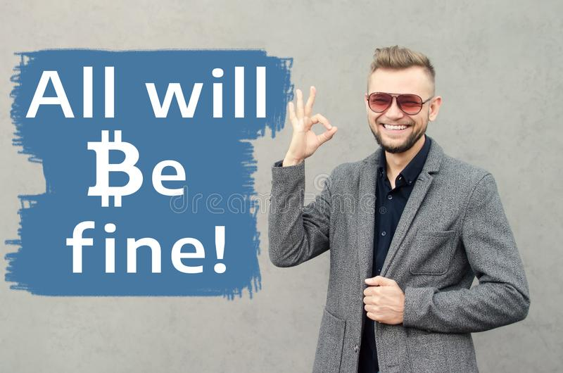 Een glimlachende aantrekkelijke mens tegen de achtergrond van de muur op w stock afbeeldingen