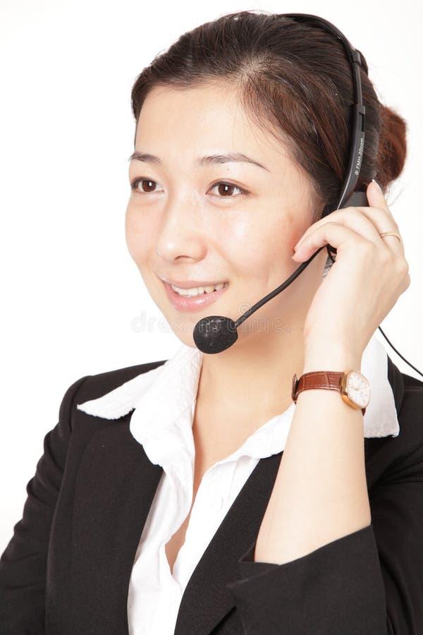 Een glimlachende bedrijfsvrouw die op de telefoon spreekt stock foto
