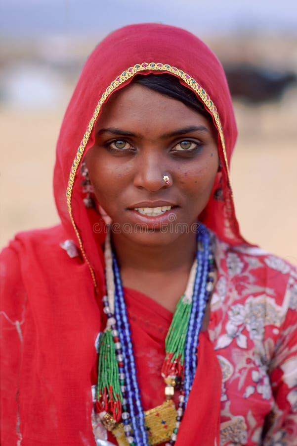 Een glimlachende Indische vrouw kleedde zich in traditionele Rajasthani-kleding bij Pushkar-Kameelmarkt, Noord- Westelijk India royalty-vrije stock foto