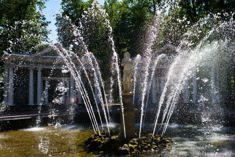Een glinsterende bespuitende fontein stock afbeeldingen