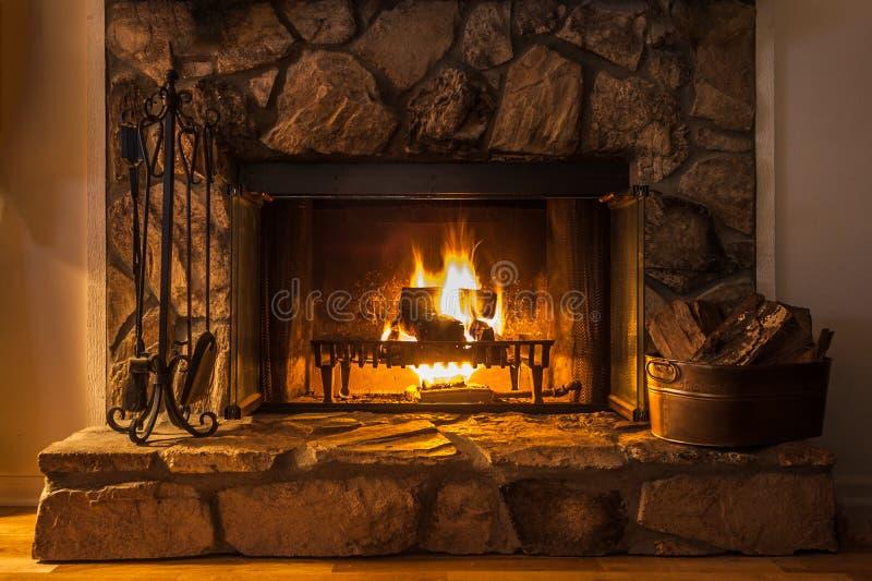 Een gloeiende brand op een de winter` s nacht stock foto's