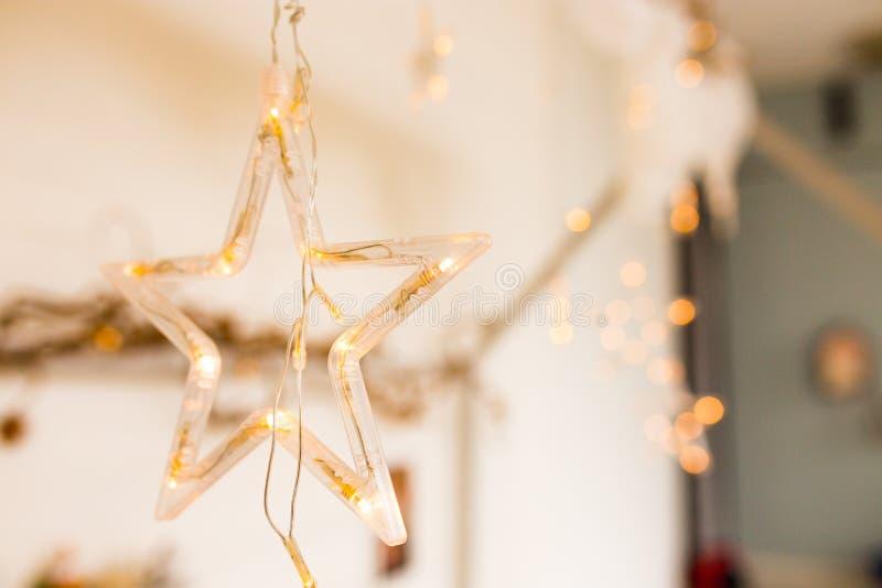 Een gloeiende ster met lichten een mooie decoratie voor Kerstmis De elementen van het nieuwjaardecor stock foto's