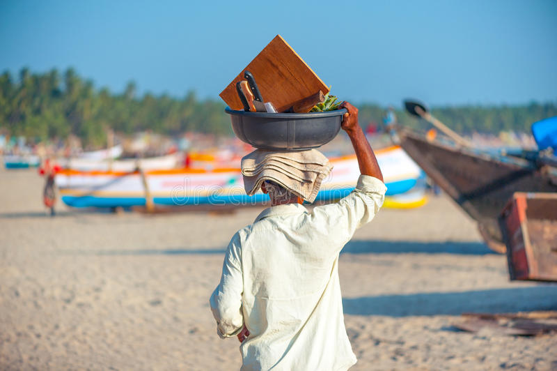 Een goan mens het dragen mandhoogtepunt van vruchten op de bovenkant van zijn hoofd royalty-vrije stock foto's