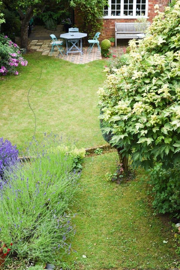 Een goed gehouden achteryard of een tuin met gazon en plaatsingsgebied, hoog hoekschot royalty-vrije stock foto
