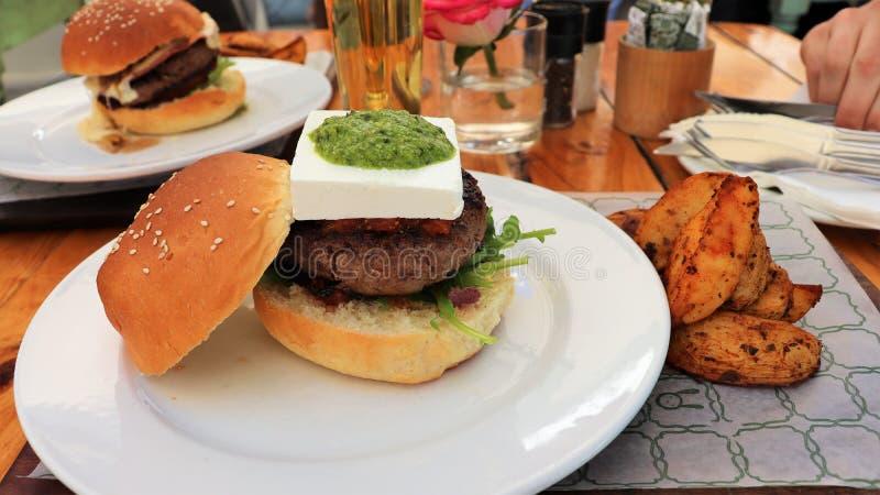 Een goede hamburger met de kaas en pesto van feta stock foto