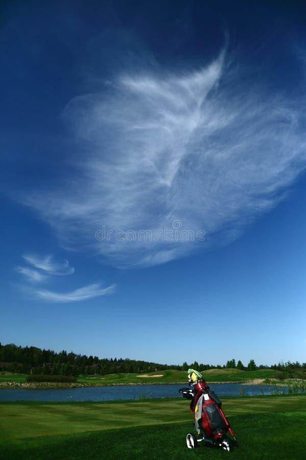 Een golfcursus met een golfbag stock afbeelding