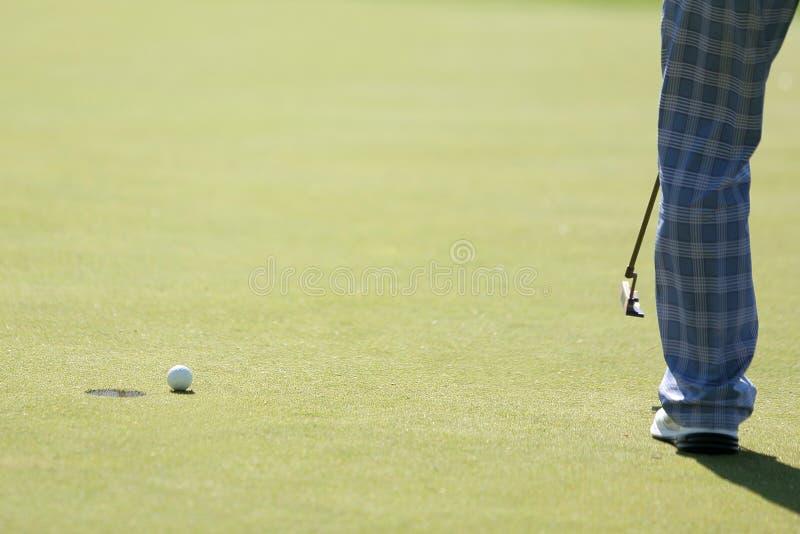 Een golfspeler doet het zetten aan een gat royalty-vrije stock afbeeldingen
