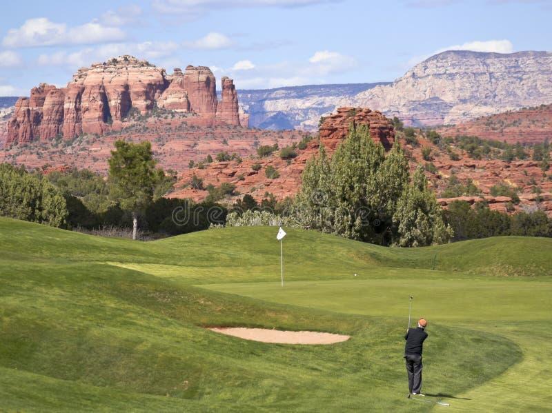 Een Golfspeler neemt Chip Shot van Ruw stock afbeelding