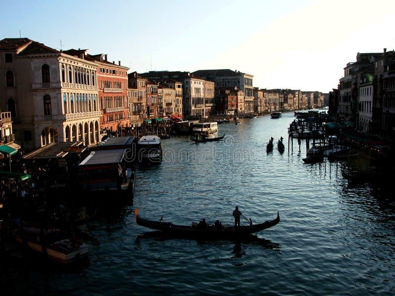 Een gondel wacht op toursits in een kanaal in Venetië Italië bij schemer stock afbeeldingen