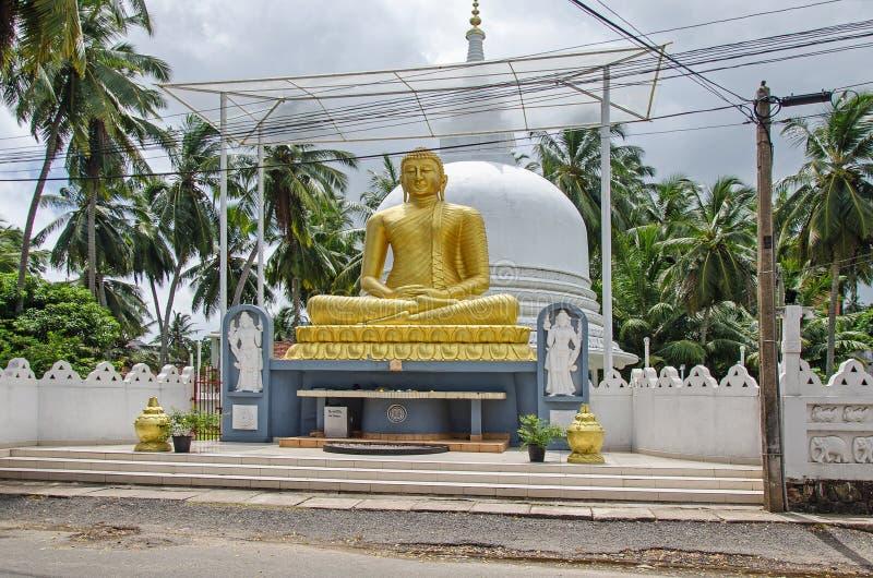 Een Gouden standbeeld van Boedha stock foto