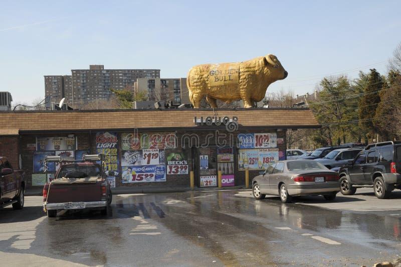 Een gouden stier is bovenop een restaurant in Adelphi, Maryland royalty-vrije stock afbeeldingen