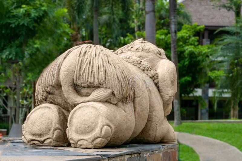 Een grappige kleine olifant, het beeldhouwwerk is ezel aan de kijker royalty-vrije stock foto's
