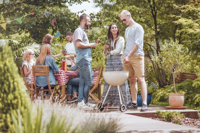 Een grillpartij op het terras Groep vrienden die van hun tijd genieten stock foto