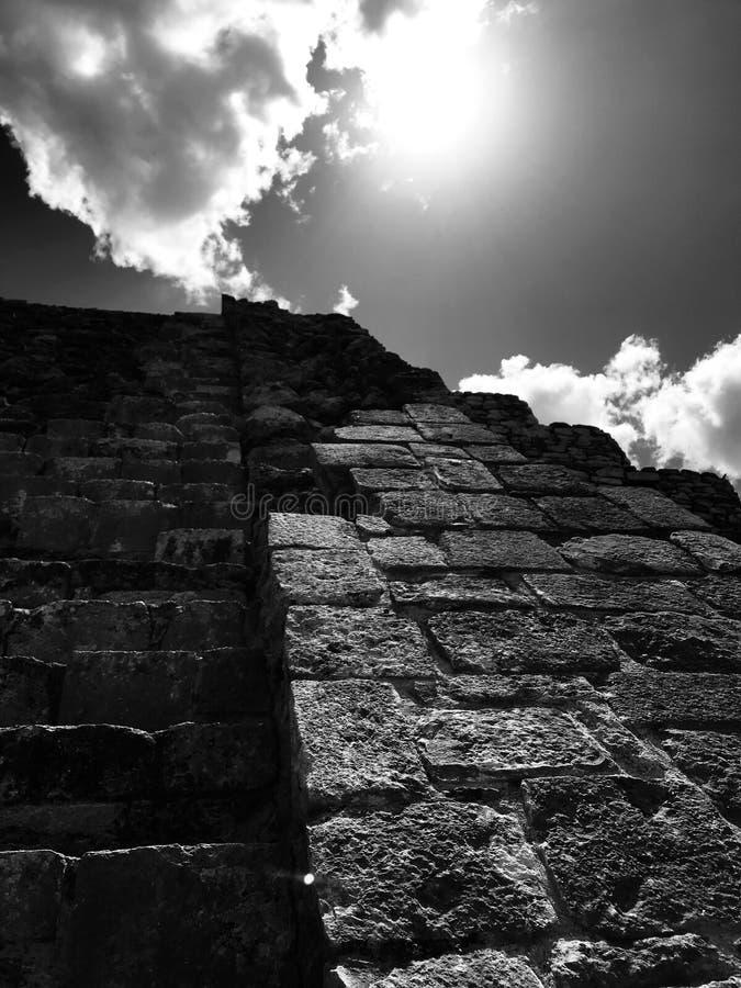 Een grimmige piramide in Mayapan - YUCATAN - MEXICO stock afbeeldingen
