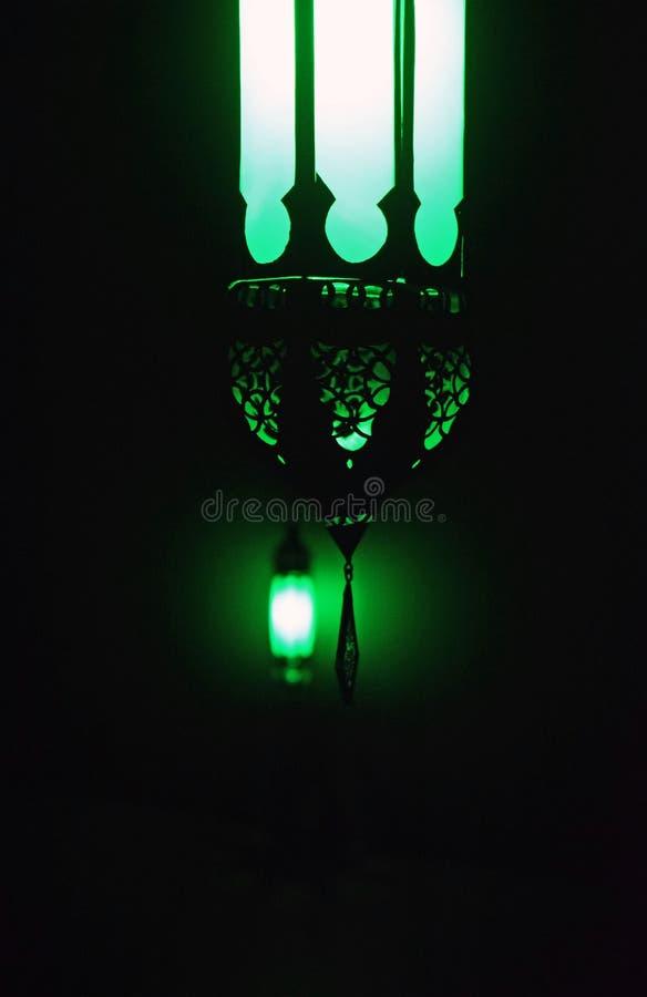 Een groen licht in dark royalty-vrije stock afbeelding