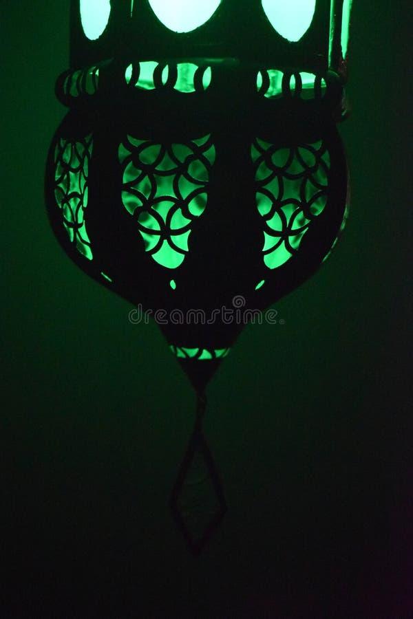 Een groen licht in dark royalty-vrije stock afbeeldingen