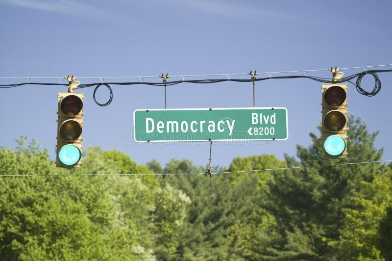 Een groen verkeerslicht op Democratie Blvd royalty-vrije stock afbeelding