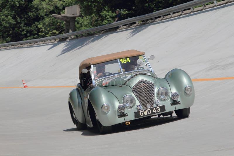 Een groene Healey 2400 Westland neemt aan het 1000 Miglia klassieke autoras deel stock afbeelding