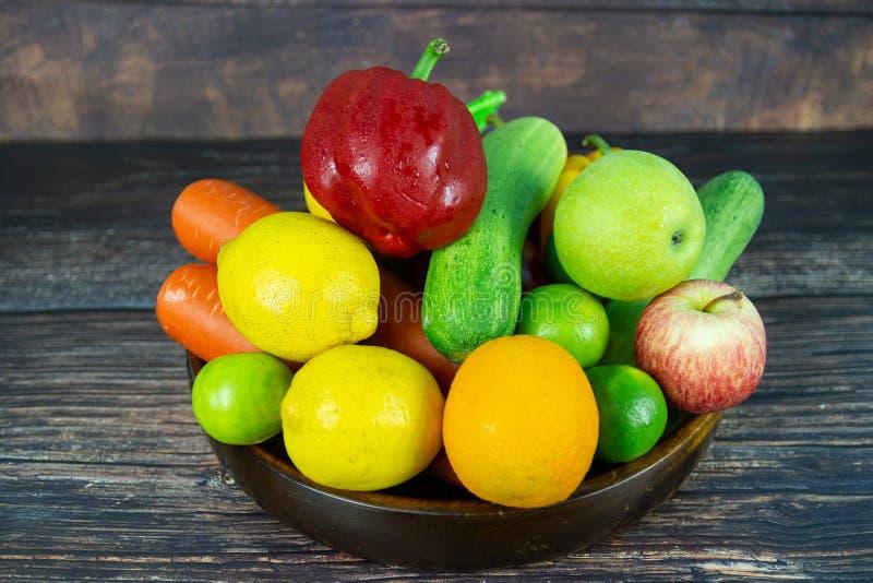 Een groene salade is een schotel van een mengsel van klein groenten en fruit stock foto's