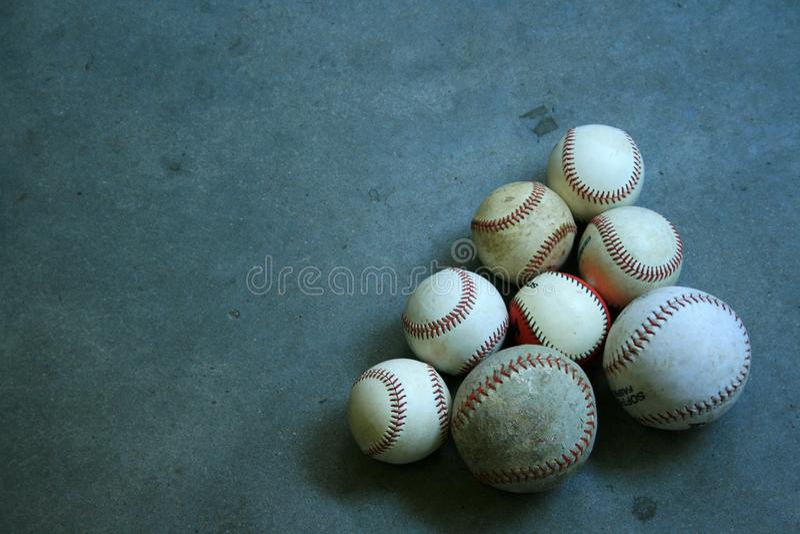 Een Groep Baseballs en Softballs stock foto
