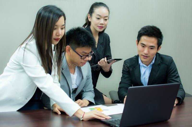 Een groep bedrijfsmensen komt over hun project samen royalty-vrije stock afbeelding