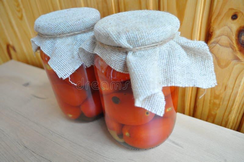 Een groep blikken met ingeblikte tomaten en komkommers royalty-vrije stock afbeelding