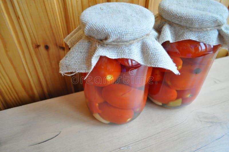 Een groep blikken met ingeblikte tomaten en komkommers royalty-vrije stock afbeeldingen