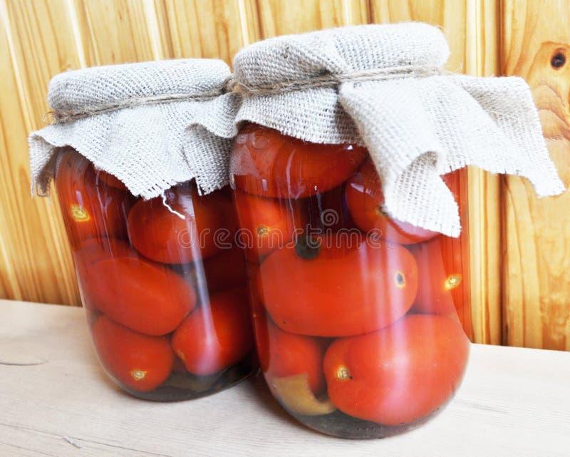 Een groep blikken met ingeblikte tomaten en komkommers royalty-vrije stock foto