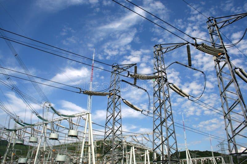 Een groep de pyloon van de elektriciteitsmacht stock foto's
