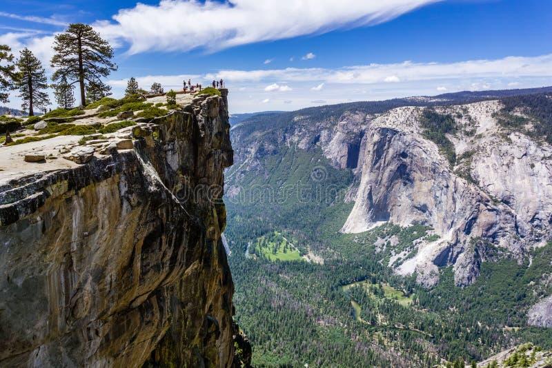 Een groep die mensen Taft-Punt, een populair uitzichtpunt bezoeken; Gr Capitan, Yosemite-Vallei en Merced-Rivier zichtbaar op het royalty-vrije stock afbeelding