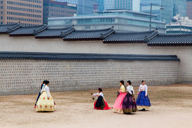 Een groep die toerist Koreaans traditioneel kostuum dragen die, hanbok, foto'swi nemen stock afbeelding