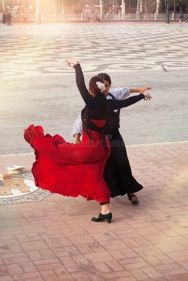 Een groep flamencouitvoerders danst en zingt in Plein DE españa spanje stock afbeelding