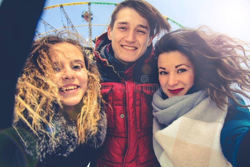 Een groep friends do selfie in de winter in een opheldering stock afbeelding