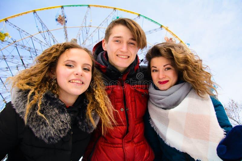 Een groep friends do selfie in de winter in een opheldering royalty-vrije stock afbeeldingen
