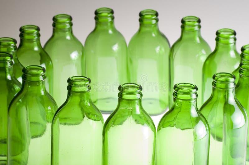 Een groep Groene bierflessen stock afbeeldingen