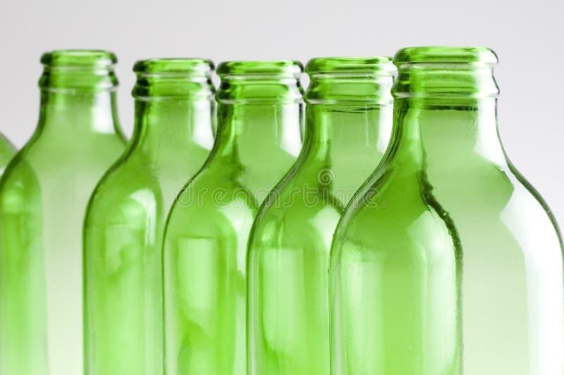 Een groep Groene bierflessen stock afbeelding