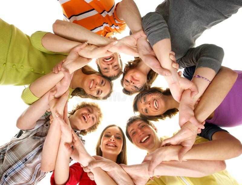 Een groep het jonge tieners samenhouden stock foto's