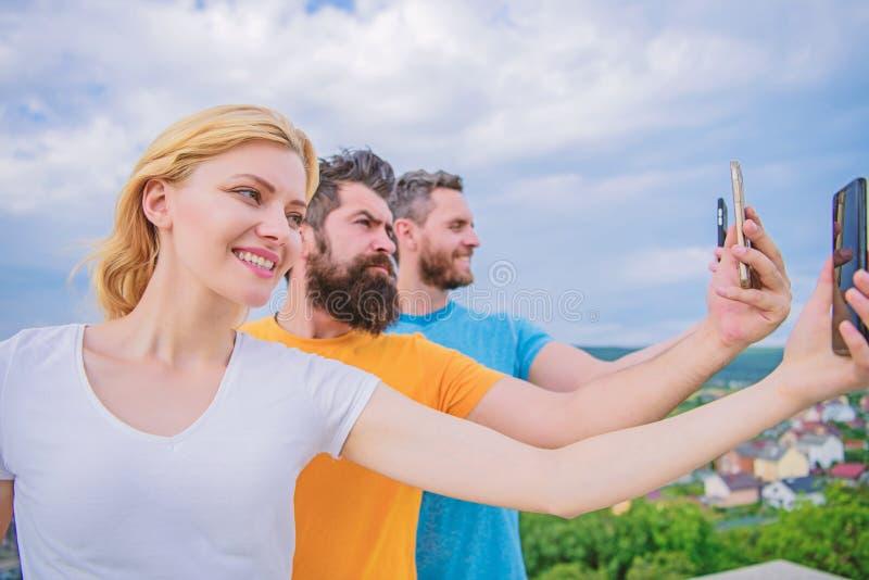 Een groep jong knap friends do selfie fotoportret i stock foto's
