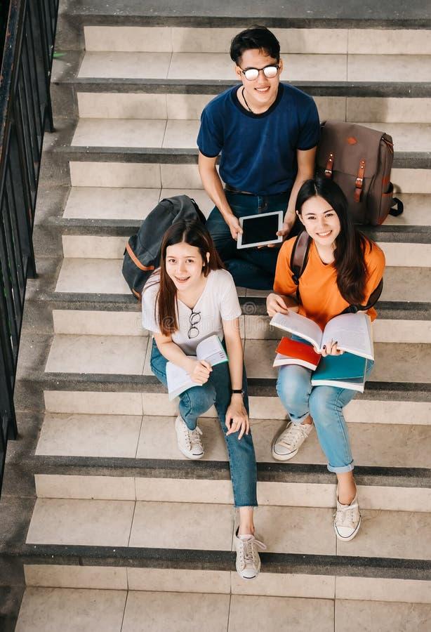 Een groep jongelui of tiener Aziatische student op universiteit royalty-vrije stock afbeeldingen