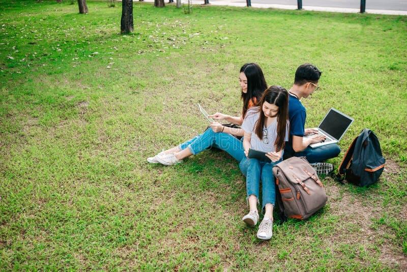 Een groep jongelui of tiener Aziatische student op universiteit stock foto's