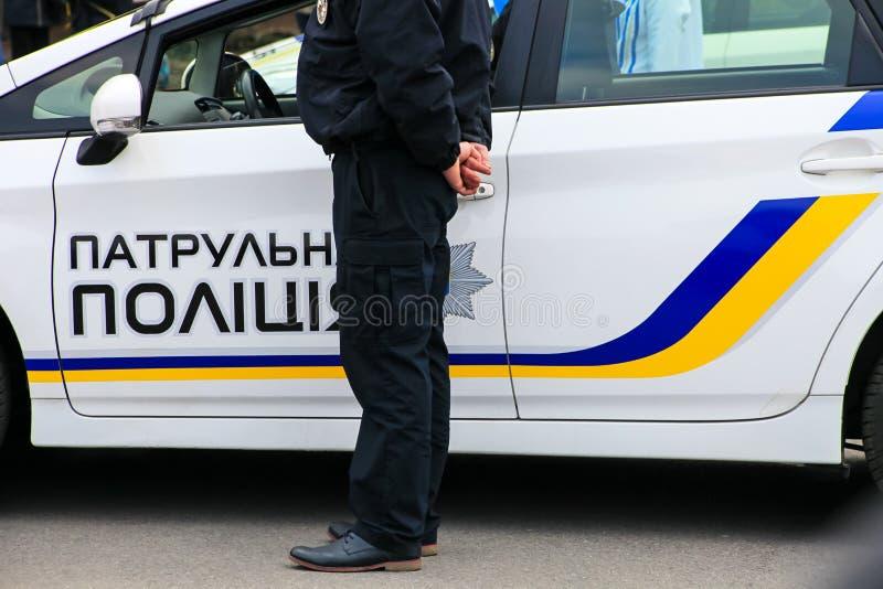 Een groep jongeren in zwarte eenvormig bevindt zich op een stadsstraat De politiemannen in uniform, jongens en meisjes, handhaven stock fotografie