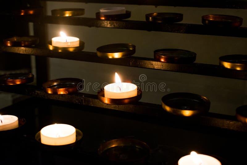 Een groep kaarsen in een Katholieke kerk royalty-vrije stock afbeeldingen