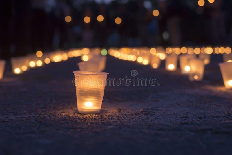 Een groep kaarsen in straat branden en mensen die kaarsen op de achtergrond houden Dag van Geheugen van de Getroffenen royalty-vrije stock foto's