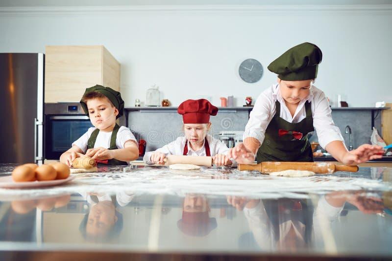 Een groep kinderen kookt in de keuken royalty-vrije stock foto's