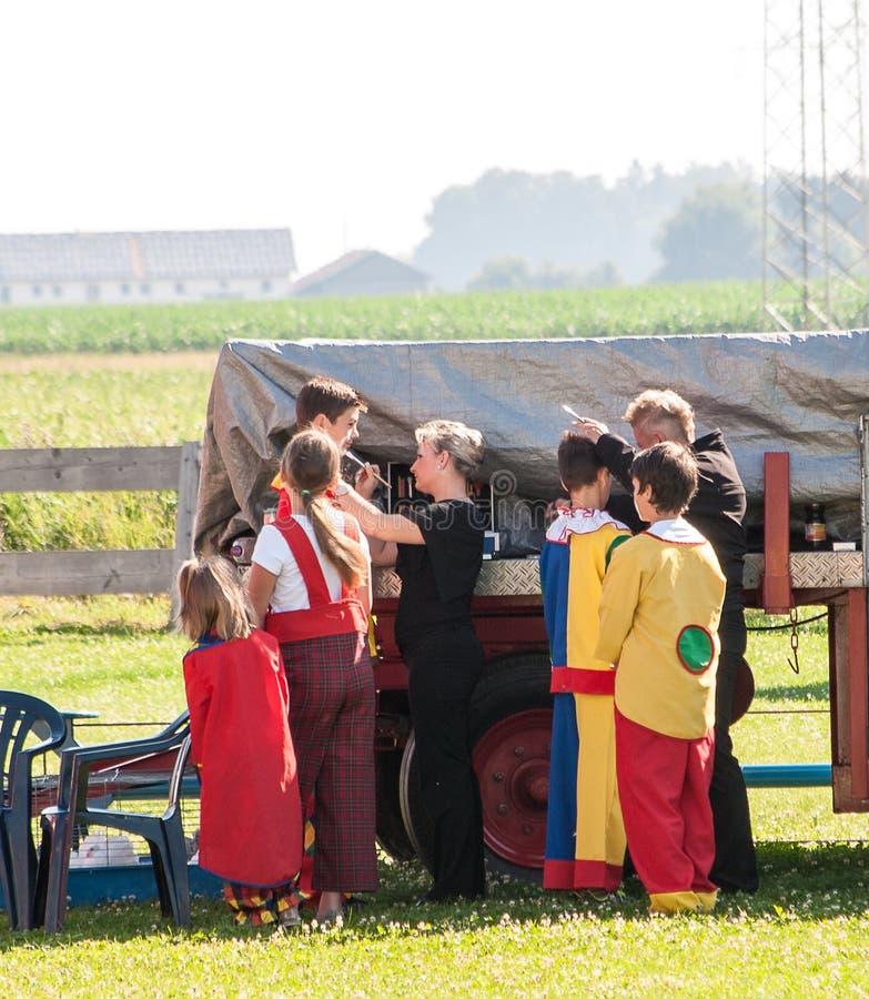 Een groep kinderen wordt klaar voor hun clownhandeling royalty-vrije stock fotografie