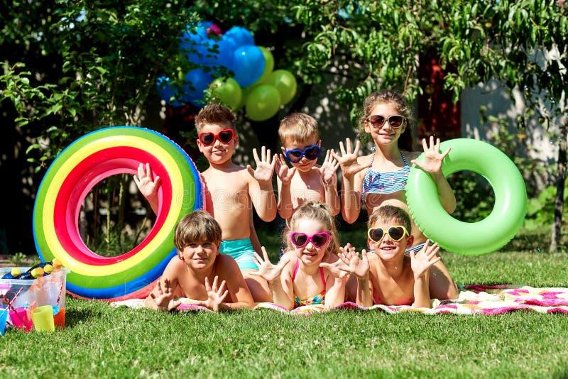 Een groep kinderen in zwempakken in de zomer royalty-vrije stock afbeeldingen