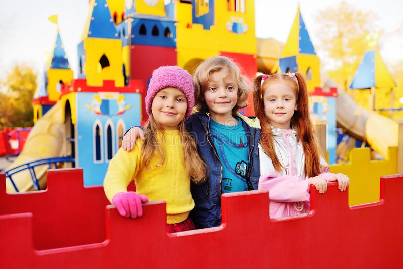 Een groep kleuters speelt en glimlach op de achtergrond van een Pretpark van kinderen royalty-vrije stock afbeelding