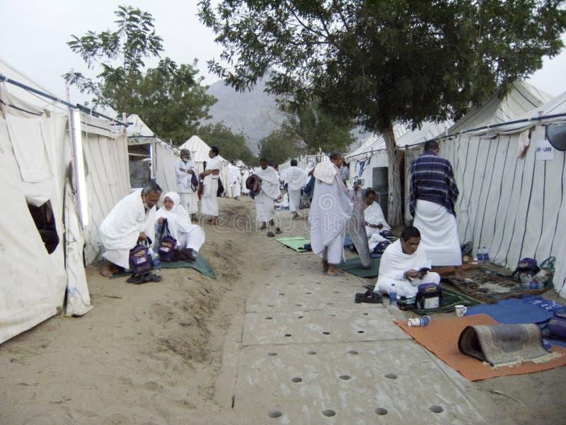 Een groep Maleise Moslimpelgrims buiten het kamp tijdens het hajjseizoen royalty-vrije stock foto's
